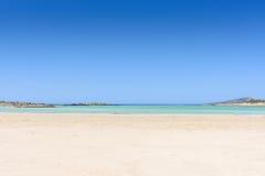 Plage sablonneuse sur une île avec la mer bleue et le ciel bleu Images libres de droits