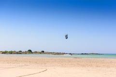 Plage sablonneuse sur une île avec la mer bleue et le ciel bleu Image stock