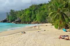 Plage sablonneuse tropicale sur des îles des Seychelles Images stock