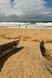 Plage sauvage avec le canoë de pirogue Photographie stock libre de droits