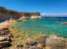 Plage sauvage de la Grèce Zakynthos pour des amants, roches en pierre, l'eau bleue de la mer ionienne, récifs, près de aux cavern Photos libres de droits