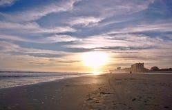 Plage Shoreline au coucher du soleil Photographie stock libre de droits