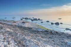 Plage silencieuse de la mer baltique au coucher du soleil Images stock