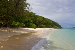 Plage sur l'île tropicale photos stock