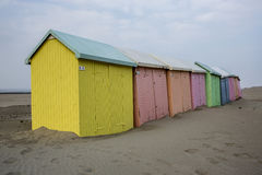 Plage-tentes de Colourfull en Normandie image stock