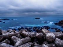 Plage Tetrapod protégeant la plage Photos stock