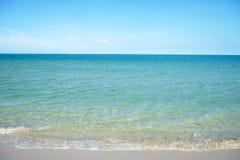 Plage très claire de mer et de sable Photo stock
