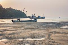Plage tropicale à marée basse avec des bateaux de pêche Images stock