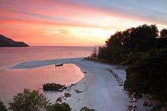 Plage tropicale au ciel crépusculaire rose en Koh Lipe photos libres de droits