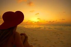 Plage tropicale au coucher du soleil photos stock