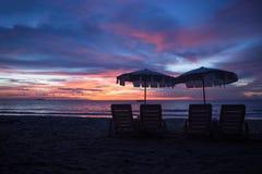 Plage tropicale au fond de coucher du soleil Photo libre de droits