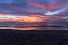 Plage tropicale au fond de coucher du soleil Photographie stock