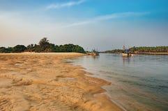 Plage tropicale avec des bateaux de pêche à la rivière Images stock