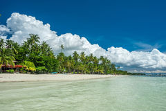 Plage tropicale avec des palmiers chez Philippines Photographie stock libre de droits