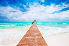 Plage tropicale avec la jetée. Le Mexique. Maya de la Riviera. Photos stock