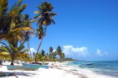 Plage tropicale avec le bateau Images libres de droits