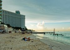 Plage tropicale avec le lieu de villégiature luxueux photos stock