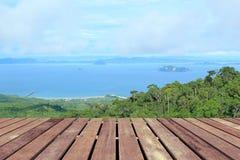 Plage tropicale avec le plancher en bois photo stock