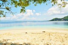 Plage tropicale avec le sable blanc Image libre de droits