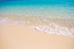 Plage tropicale avec le sable de corail blanc Photographie stock