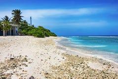 Plage tropicale avec le sable de corail blanc en île maldivienne photographie stock