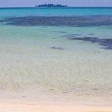 Plage tropicale avec une île Photographie stock libre de droits