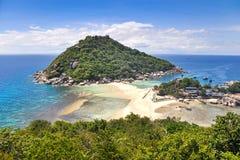 Plage tropicale, bateaux de longtail, mer d'Andaman, Thaïlande Image stock