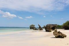 Plage tropicale blanche immaculée avec les roches, la mer bleue et le vege d'ivrogne images stock