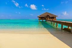 Plage tropicale chez les Maldives Image libre de droits