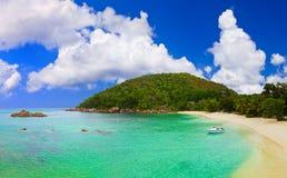 Plage tropicale chez les Seychelles Images stock