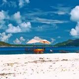 Plage tropicale chez les Seychelles avec la table de pique-nique Photos libres de droits
