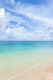 Plage tropicale d'île et eau de corail bleue d'espace libre Images stock