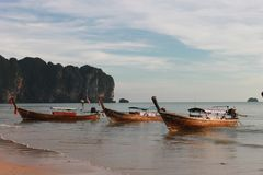 Plage tropicale, plage d'ao Nang, coucher du soleil Photo libre de droits