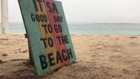 Plage tropicale dans un jour pluvieux Plat en bois avec le texte c'est un beau jour à aller à la plage Île de Bali banque de vidéos