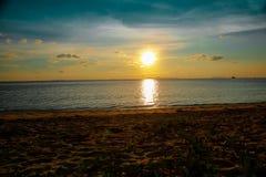 Plage tropicale de coucher du soleil Beau fond images libres de droits