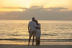 Plage tropicale de coucher du soleil supérieur de couples Image libre de droits