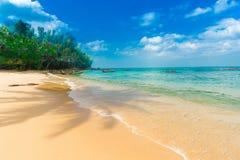 Plage tropicale de la Thaïlande, plage de roche de pierre de Patong Phuket Image libre de droits