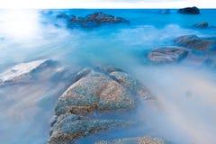 Plage tropicale de la Thaïlande, plage de roche de pierre de Patong Phuket Photo libre de droits