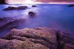 Plage tropicale de la Thaïlande, plage de roche de pierre de Patong Phuket Images stock