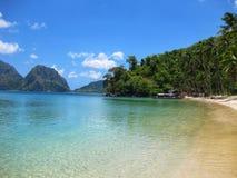 Plage tropicale de paradis avec des paumes Photo libre de droits