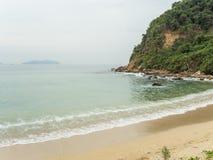 Plage tropicale de sable avec la mer et la montagne et le ciel Photo stock