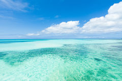 Plage tropicale de sable blanc, l'eau de corail bleue d'espace libre Images libres de droits