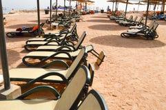 Plage tropicale des vacances, une station de vacances tropicale avec les lits se pliants blancs du soleil dans une rangée, canapé photo libre de droits