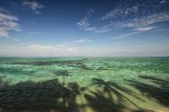 Plage tropicale et ciel bleu Image stock