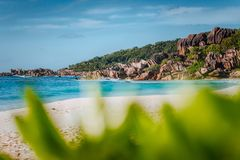 Plage tropicale grande pittoresque d'Anse en La Digue, Seychelles avec ses formations de roche célèbres de granit Tache floue Def image libre de droits