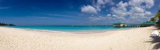 Plage tropicale panoramique avec la mer blanche de sable et de turquoise Photos libres de droits