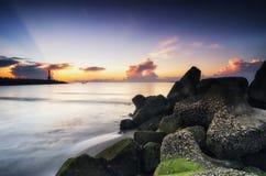 Plage tropicale renversante et belle au-dessus de fond de lever de soleil Photographie stock libre de droits
