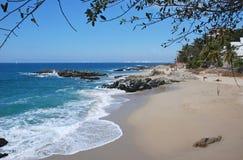 Plage tropicale sur l'océan pacifique Image stock