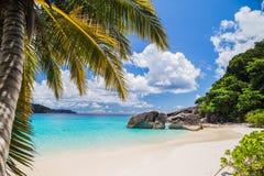 Plage tropicale touchée en île similan Photographie stock