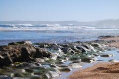 Plage usée de Kauai de roche de lave, Hawaï Photo libre de droits